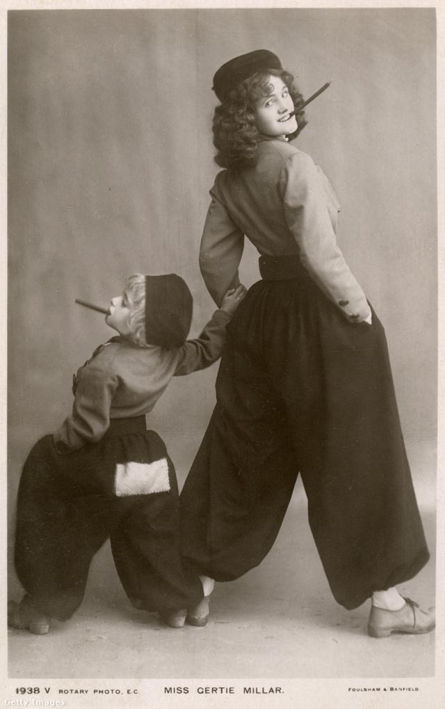 A brit színész- és énekesnő, Gertie Millar egy századeleji képeslap elején pózolt buggyos nadrágban.