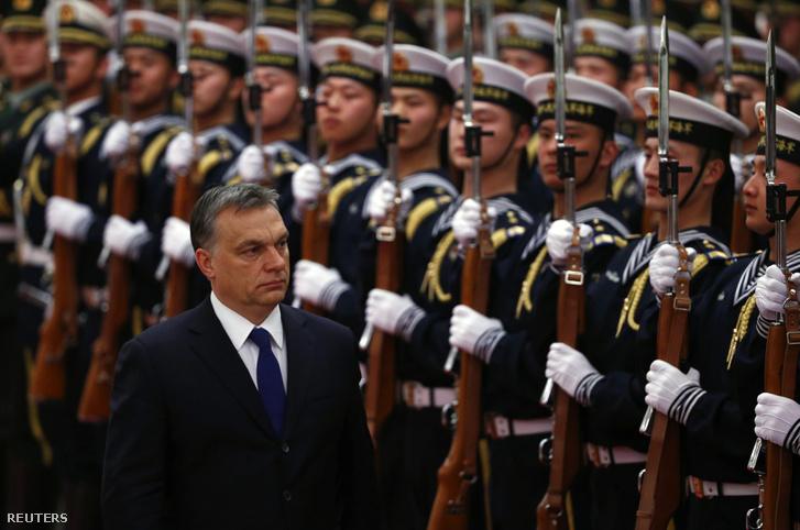 Orbán Viktor és a kínai néphadsereg