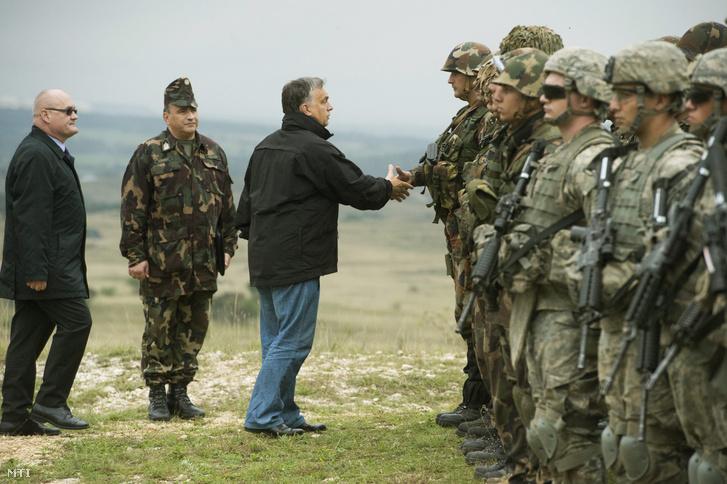 Öskü 2014. október 2.: Orbán Viktor miniszterelnök köszönti a katonákat a Közös fellépés 2014 hadgyakorlaton a Kõröshegyi lõtéren. Balról Hende Csaba honvédelmi miniszter.