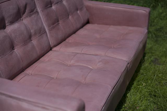 Messziről úgy néz ki ez a kanapé, mint egy átlagos kanapé.