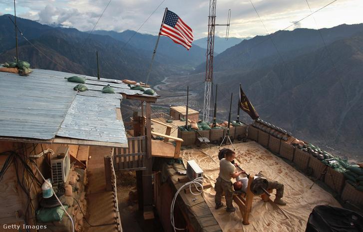 Fapados konditerem egy hegytetőre épült megfigyelő állás teraszán, a pakisztáni határ közelében.