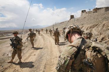 Amerikai katonák járőröznek egy előretolt helyőrség közelében