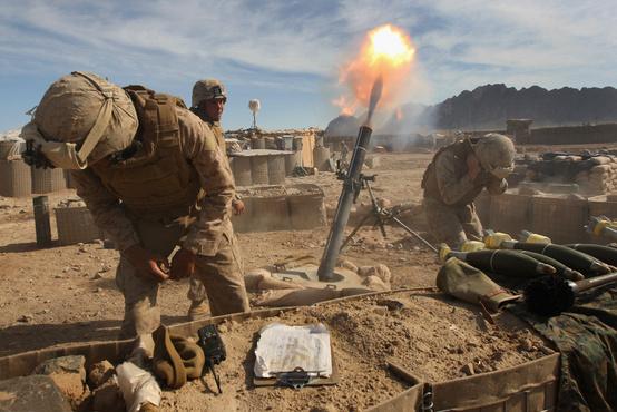 Egy 120mm-es mortárral tüzelnek amerikai katonák Helmand tartományban