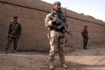 A különleges egységek egyik katonája pózol egy képhez az afgán hadsereg embereivel