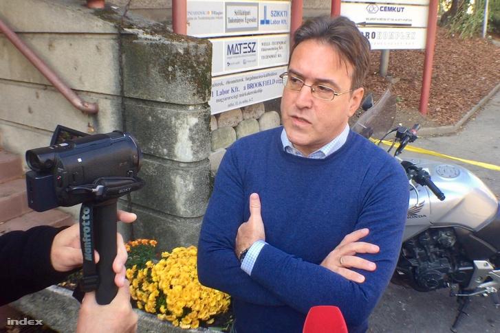 Murányi András, a Népszabadság főszerkesztője október 8-án a szerkesztőség épülete előtt
