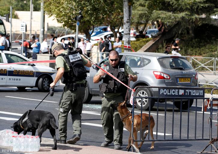 Rendőrök helyszínelnek