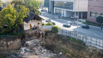 Épülő mélygarázsba dőlt egy lakóépület Debrecenben