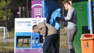 Szétbarmoltak egy jegykiadó automatát a Naplás úton