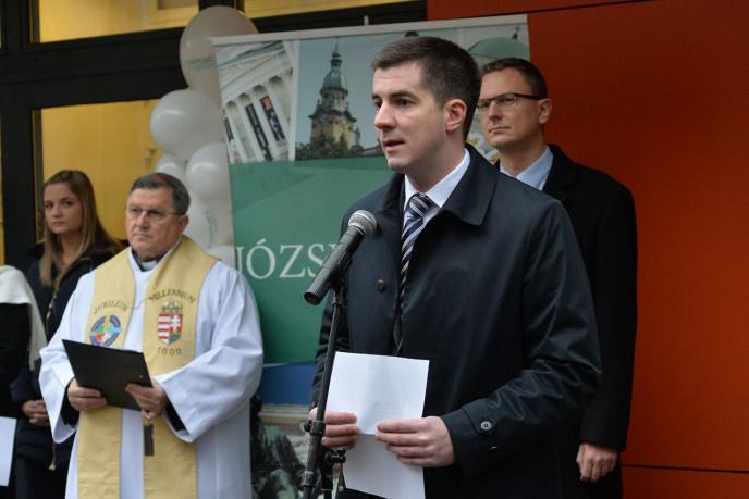 Kocsis Máté józsefvárosi polgármester a felújított Auróra utcai szakrendelő átadási ünnepségén