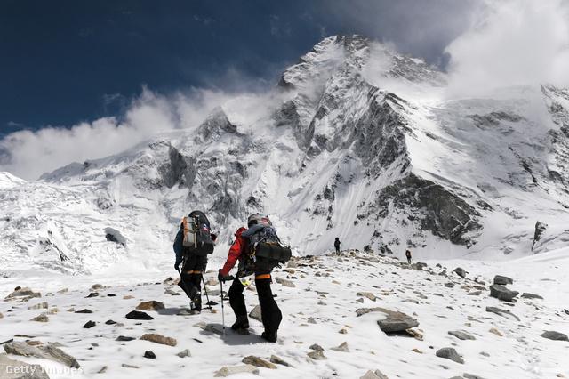 A K2 az egyik legnehezebben mászható csúcsok között van, így nem csoda, hogy számos történet alakult ki róla: sokan létni vélték már régi hegymászók szellemeit