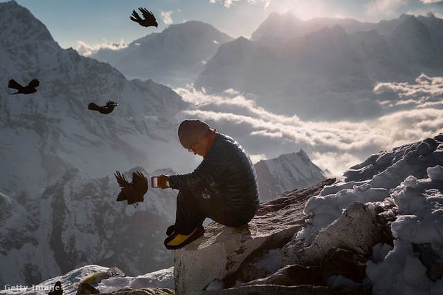 Az Everestet megmászó túrázóknak segító serpák mélyen vallásos emberek: számukra a hegy szent. Helyi legendák szerint Mijolangszangma lakott egykor a hegycsúcson: ma ő a hegy védelmező istennője