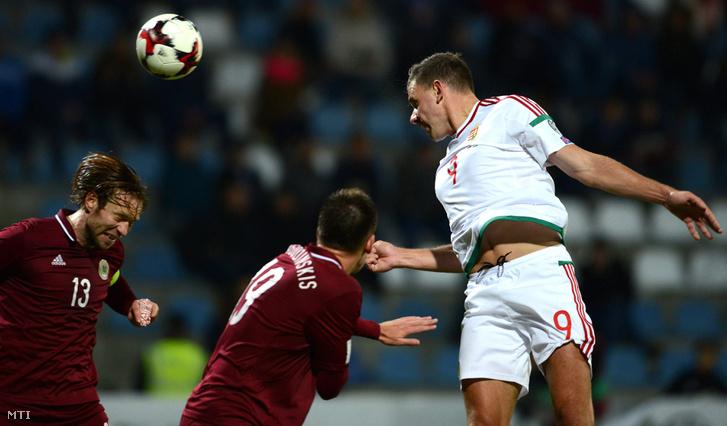 Szalai Ádám, a lett Vitalijs Jagodinskis és Kaspars Gorkss a pályán a 2018-as oroszországi labdarúgó-világbajnokság selejtezőjének B csoportjában játszott Lettország - Magyarország mérkőzésen a rigai Skonto Stadionban 2016. október 10-én.