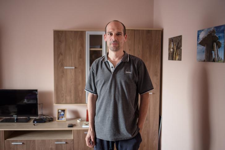 Cserényi Lászlót 2 éve diagnosztizálták mezoteliómával, azaz mellhártyarákkal, amit a tüdőbe fúródó azbesztszál okoz. Azért betegedhetett meg, mert huszonéves koráig a cementgyár közvetlen közelében élt.