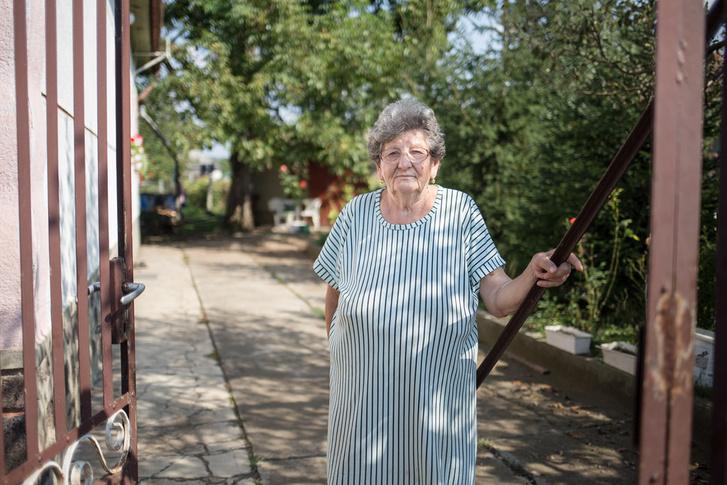 A gyár egykori dolgozói közül is sokan szenvedtek egészségkárosodást, így a nyugdíjas Mária is.