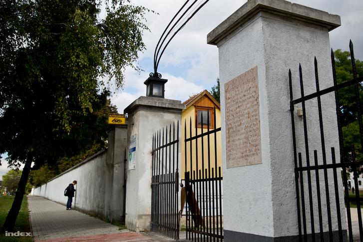A bicskei Kossuth Zsuzsa Gyermekotthon bejárata