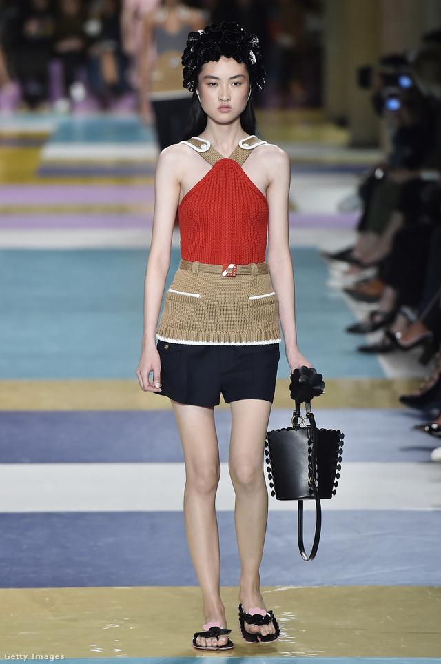 Luxustáskával és rövidnadrággal hordjuk a flip-flopot a Miu Miu szerint.