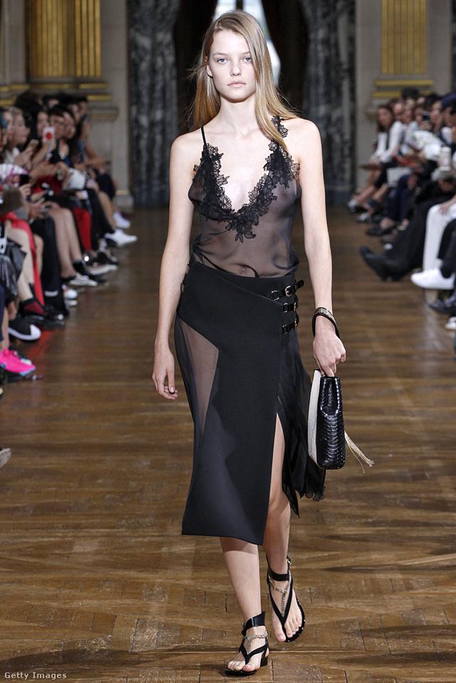 A Lanvin tervezője szerint kis fekete ruhával sem lesz ciki a flip-flop jövő nyáron.