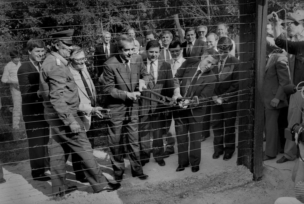 Alois Mock osztrák és Horn Gyula magyar külügyminiszter átvágják a műszaki határnak nevezett drótkerítést, a vasfüggönyt, 1989