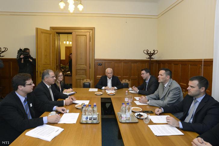 Gulyás Gergely az Országgyűlés fideszes alelnöke az Országgyűlés törvényalkotási bizottságának elnöke (b) Kósa Lajos a Fidesz frakcióvezetője (b2) Harrach Péter a KDNP országgyűlési frakcióvezetője (k) Mirkóczki Ádám a Jobbik parlamenti képviselője az ellenzéki párt szóvivője (j3) Volner János a Jobbik alelnöke frakcióvezetője (j2) és Staudt Gábor a Jobbik frakcióvezető-helyettese a többpárti egyeztetésen