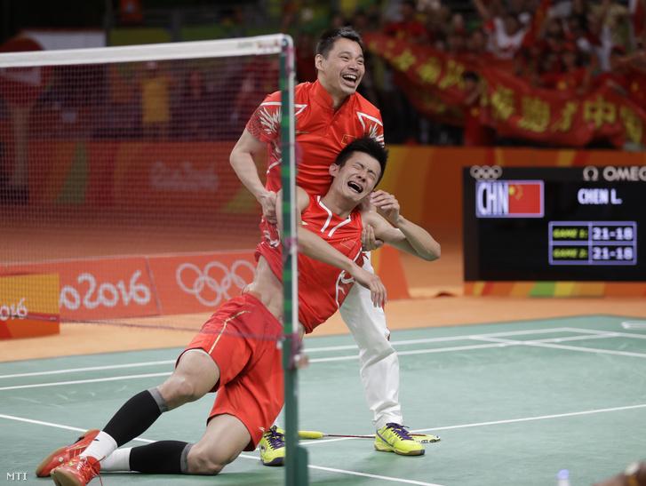 A kínai Csen Lung (elöl) ünnepel miután legyőzte a malajziai Chong Wei Lee-t a tollaslabda döntőjében