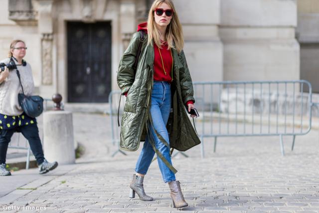 Annabel Rosendahl bokaverdeső farmerben, túlméretezett olajzöld kabátban és piros felsőben érkezett a párizsi divathétre.