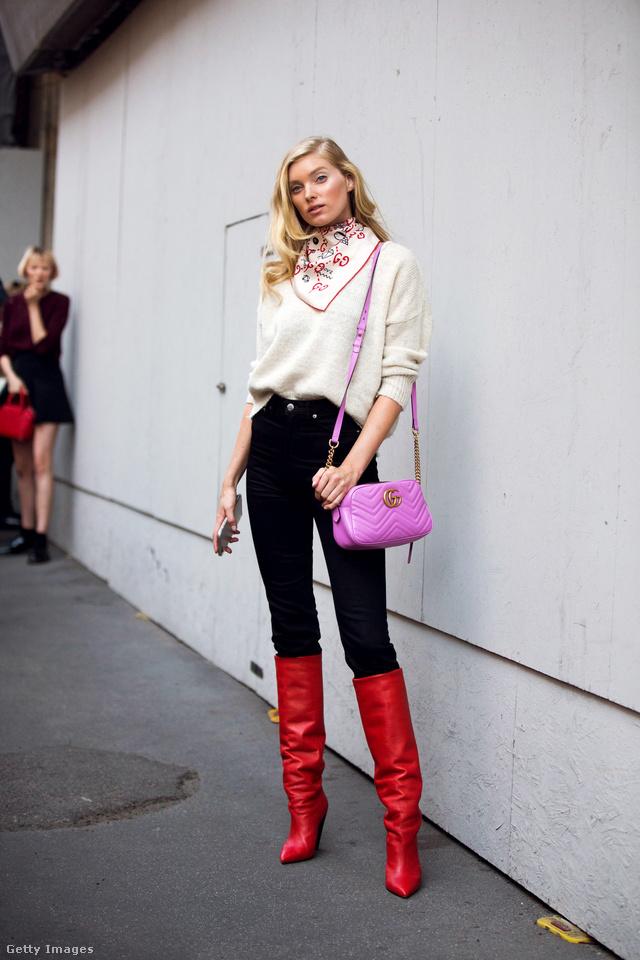 Elsa Hosk szupermodell lila luxustáskával dobta fel a szűk fekete nadrágot és a piros csizmát Milánóban.