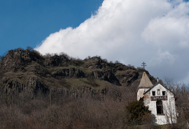 A fonyódi kápolnán meglátszik az idő nyoma: az enyészet félelmetes históriákat eredményezett