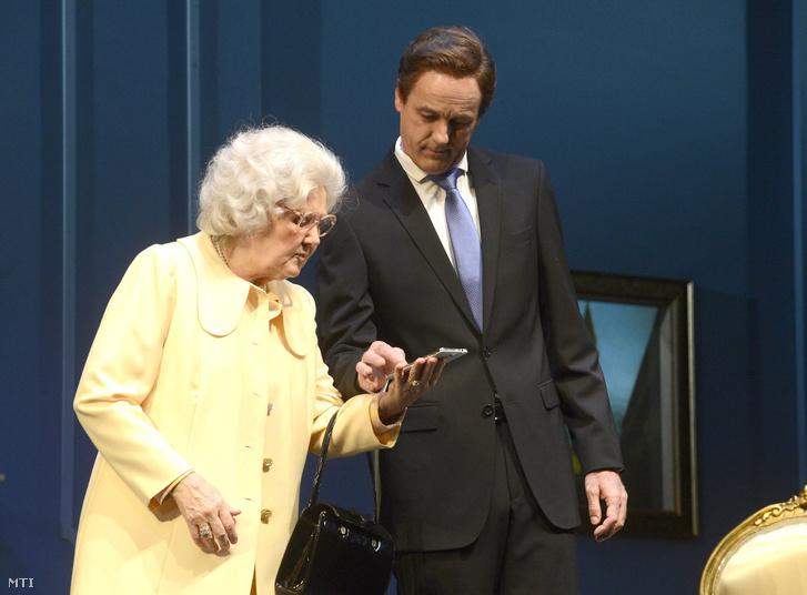 Halász Judit (b) II. Erzsébet és Seress Zoltán (j) David Cameron szerepében Peter Morgan Audiencia című színdarabjának próbáján a Pesti Színházban 2016. október 12-én