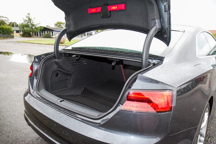 A csomagtartó 465 literes, ami elég, sőt, a hátsó támlák is dönthetők