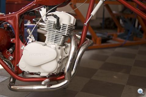 A soros kettes műfaj nem idegen a chopperektől, rengeteg brit kéthengeresből építettek customot, de olyan japán gépeket is szívesen vágtak szét, mint a Yamaha XS
