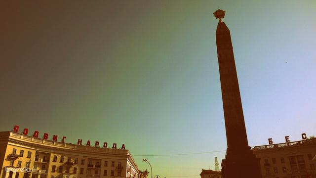 A Győzelem tér obeliszkje már távolról látható. Az obeliszk tövében látható faragásokat többek közt Zair Azgur készítette
