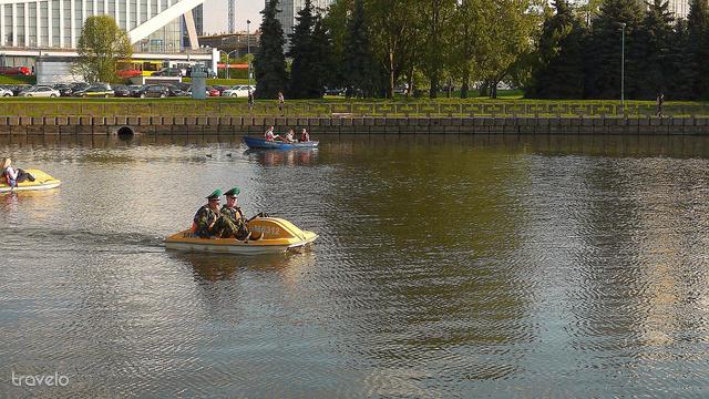 Szép időben pihenjenek meg egy vízibiciklin, mint a képen látható tisztek