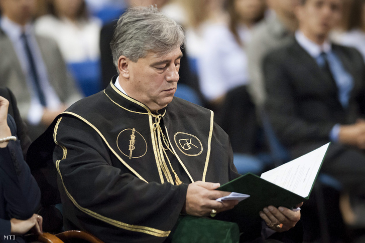 Mocsai Lajos a Debreceni Egyetem díszdoktori címének átvételekor.