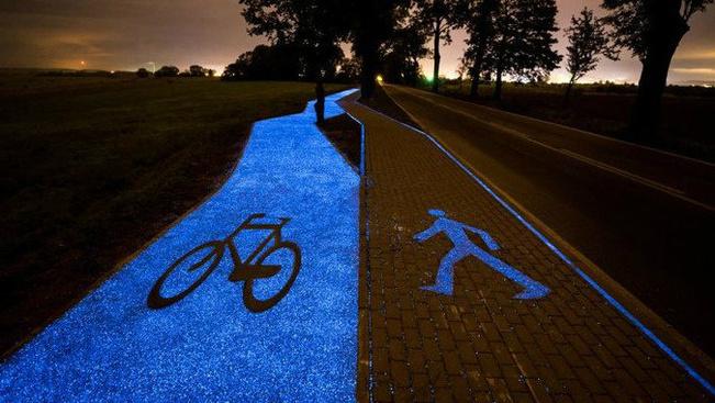 Sötétben foszforeszkál a világ legpompásabb kerékpársávja