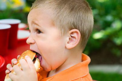 kisgyerek hamburger lead