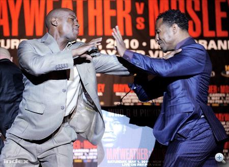 """Az amerikai Floyd """"Money"""" Mayweather Jr. (balra) és """"Sugar"""" Shane Mosley dulakodik az Ökölvívó Világszövetség, a WBA váltósúlyú övéért kiírt mérkőzésük beharangozó sajtóértekezletén New Yorkban."""