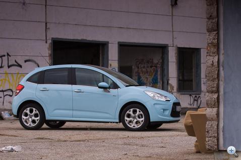 A szürke városban üdítő látvány egy-egy vidám szín. Emberek, ne vegyetek ezüst autót!
