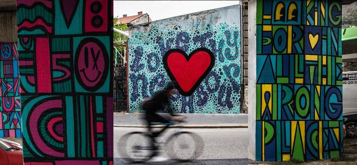 """Luke Embden (UK): Pop art Budapest, """"Love hy Neighbour"""" - BAH csomópont, Dob utca"""