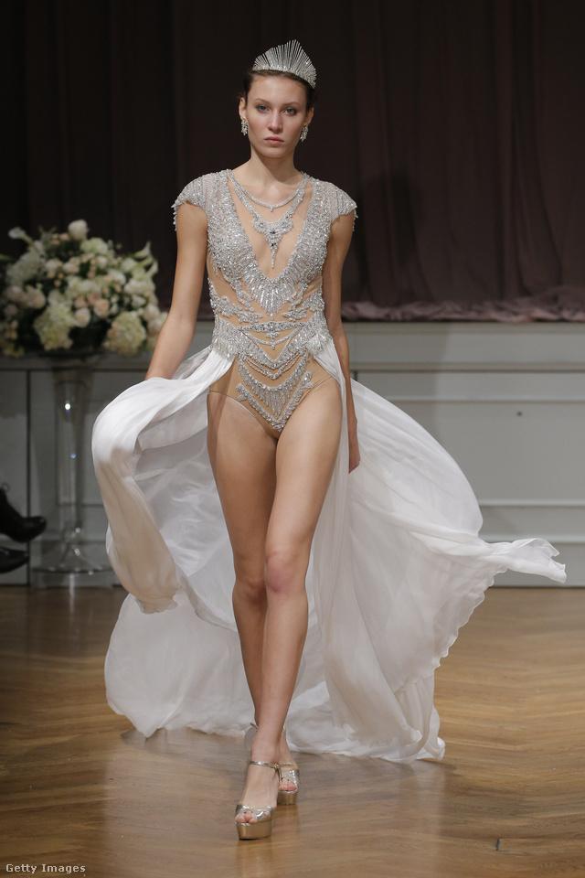 Tökéletes alakot igényel az Alon Livne féle lábvillantós esküvői ruha.