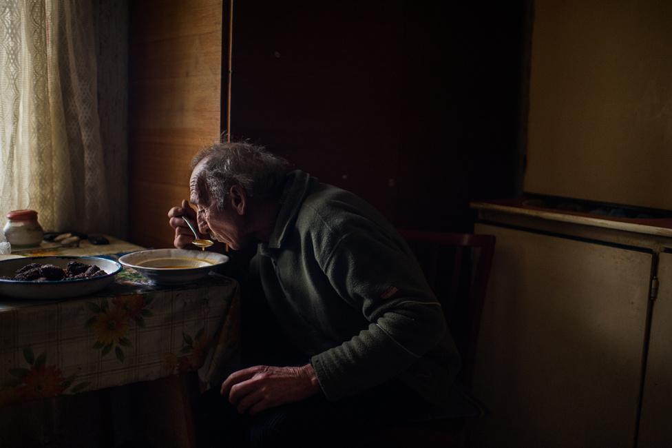 """""""Pécsi József ösztöndíjam első félévében a tanyasi élet változatosságát és az ott lakók életének sokszínűségét kívántam bemutatni. Második félévi munkatervemmel arra pályáztam, hogy folytassam anyagomat és tovább árnyaljam a pusztai életről kialakult képet. Fél éves munkám során többször visszatértem a gyulai, kecskeméti, nyíregyházi és fülöpházi tanyavilágba olyanokhoz, akiket eddig fotóztam, illetve több új családdal kerültem kapcsolatba, hogy dokumentáljam őket, mindennapjaikat és környezetüket."""" - írja a HVG fotósa pályázatában."""