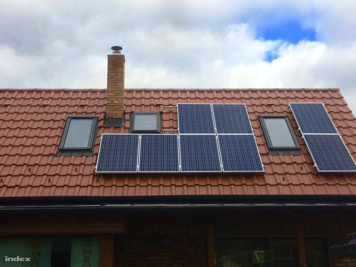 Nyolcpaneles akkumulátoros rendszer a központi hálózatra csatlakoztatva ellátja az egész családot