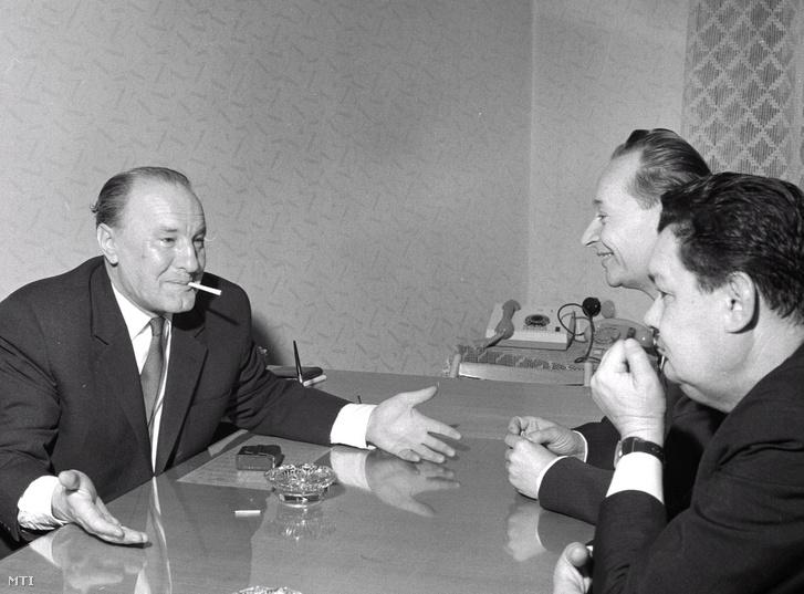 Kádár János (balra) 1968 februárjában