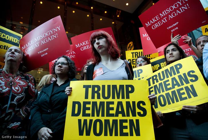 """""""Trump lealacsonyítja a nőket"""" felirattal a New York-i Trump tower előtt"""