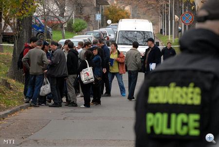 Csütörtök délelőtt 11.30-kor több lövés dördült a PTE ÁOK Biofizikai Intézetében. Rendőrök és felfegyverzett kommandósok érkeztek a helyszínre.