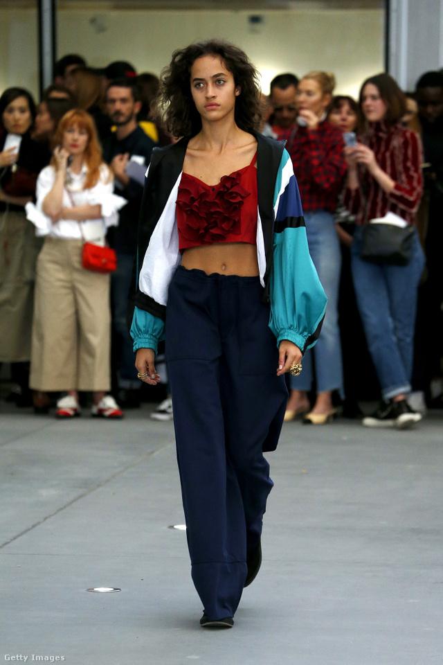 Fodros haspólóval és bő nadrággal kombináljuk a susogós tréningfelsőt a Koche tervezője szerint.
