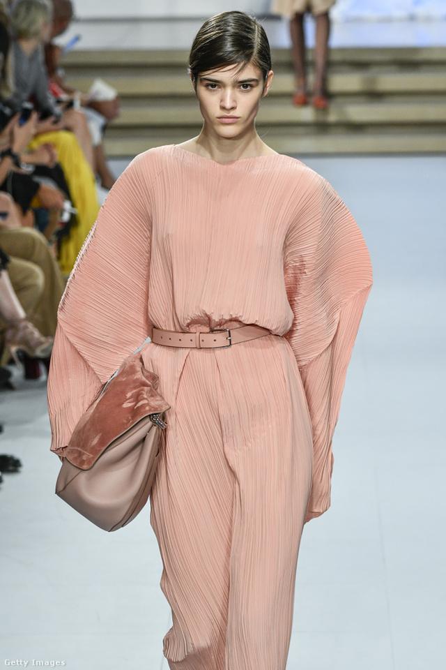 Sápadt rózsaszín együttes a Jil Sander milánói kollekciójában.