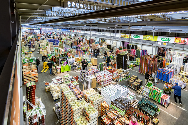 A zöldségpiac egyik része. Hasonló csarnokok sora várja a vásárlókat.