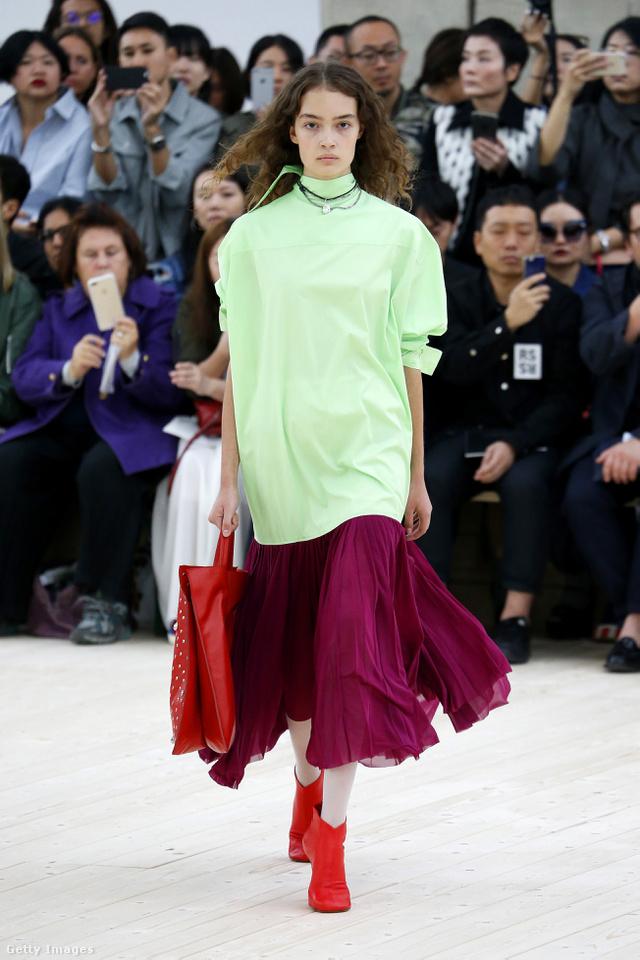 Túlméretezett zöld pulóver, bordó szoknya és piros bokacsizma a Céline kifutóján.
