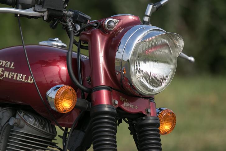 A fényszórótól jobbra fenn az a kis lámpa a helyzetjelző