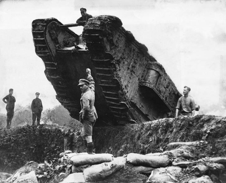 Brit tank kel át egy lövészárkon Camrai-nál